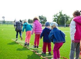 Normal_kinderen_sporten_bewegen_buiten_spelen